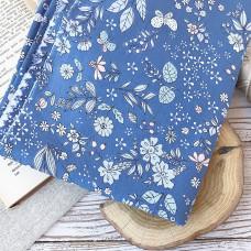 Ткань цветы и бабочки на синем фоне