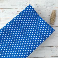 Ткань горох на синем фоне