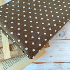 Ткань льняная горох на коричневом фоне